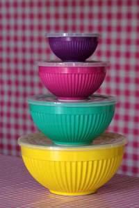 Snygga skålar i starka färger.